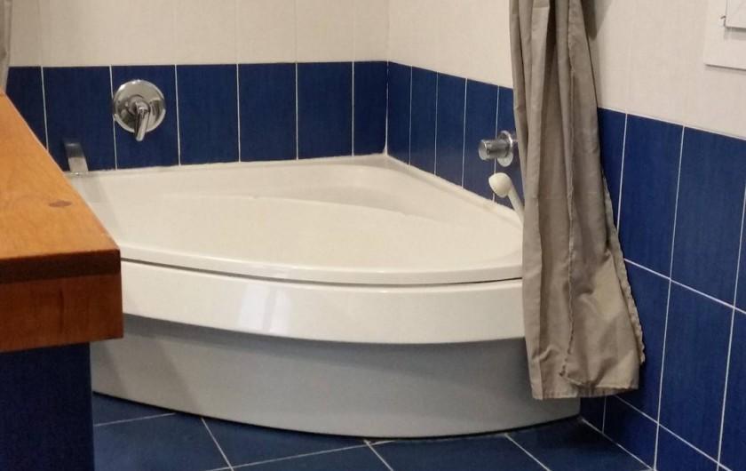 Location de vacances - Villa à Cantaron - La baignoire dans la salle de bain