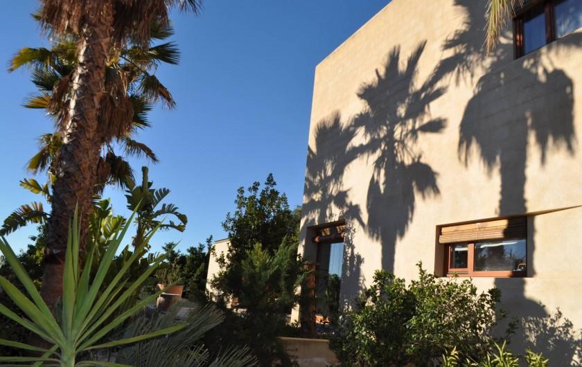 Location de vacances - Villa à Busot - Maison cubique dans un jardin méditéranéen