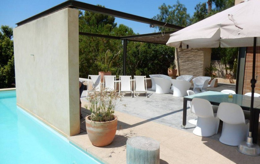 Location de vacances - Villa à Busot - Terrasse avec meuble contemporain