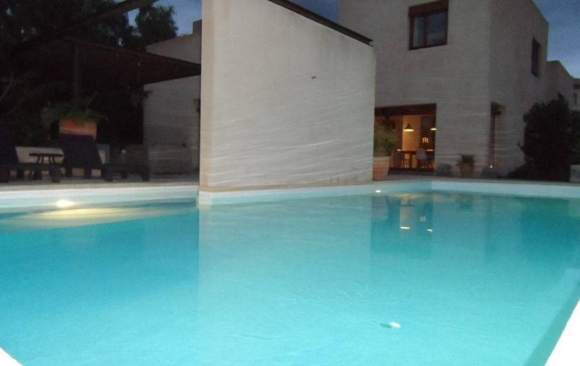 Location de vacances - Villa à Busot - Piscine éclairée le soir
