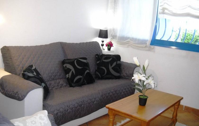 Location de vacances - Appartement à Peníscola - Séjour canapé lit TV