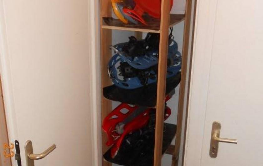 Location de vacances - Appartement à Villard-sur-Doron - Le casier à skis avec les raquettes.