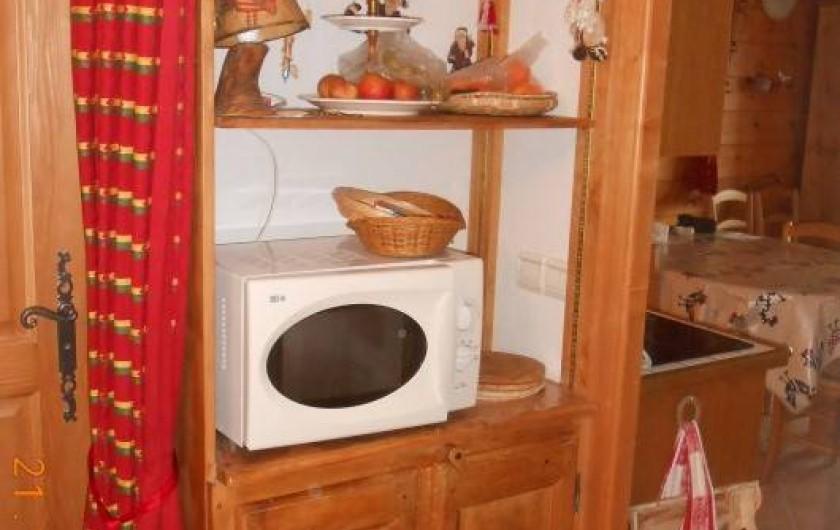 Location de vacances - Appartement à Villard-sur-Doron - four à micro-ondes, et rangements