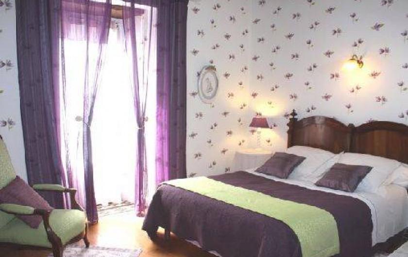 """Location de vacances - Gîte à Saint-Aubin - Chambre """"clématite"""" lit 140 salle d'eau et W C privé"""
