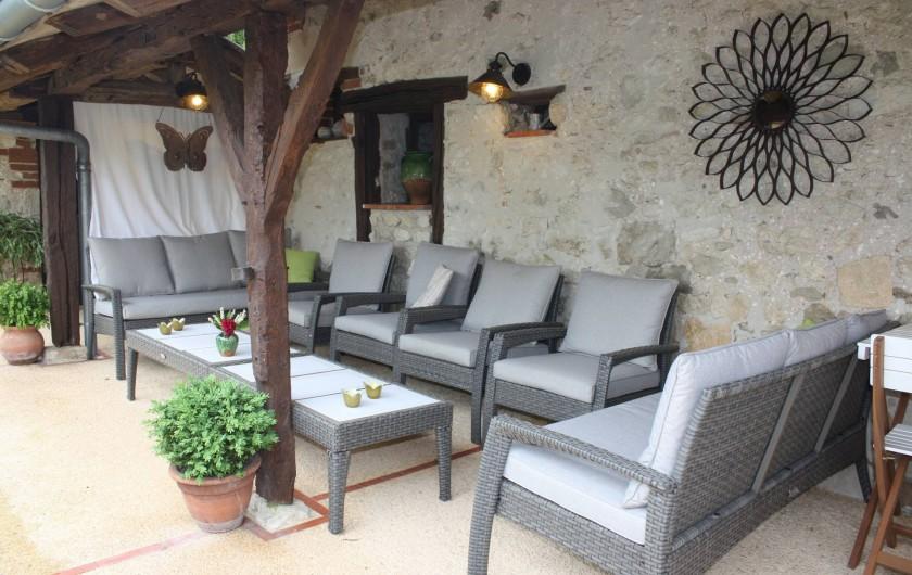Location de vacances - Gîte à Saint-Aubin - Terrasse couverte avec sont salon, clame, et détente.
