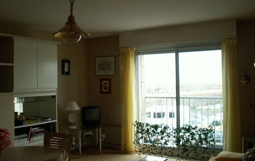 Location de vacances - Appartement à Binic - coin salon , coin tv  vue sur le port