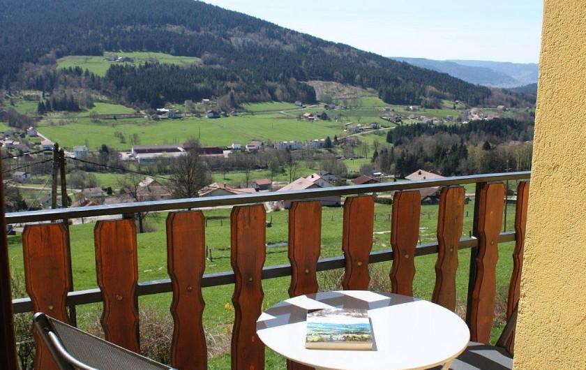 Location de vacances - Gîte à Cleurie - Vue panoramique du balcon sur les villages et toute la vallée de Gérardmer.