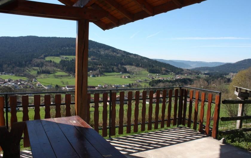 Location de vacances - Gîte à Cleurie - Terrasse abrité expose plein sud avec vue sur vallée de Gérardmer Remiremont