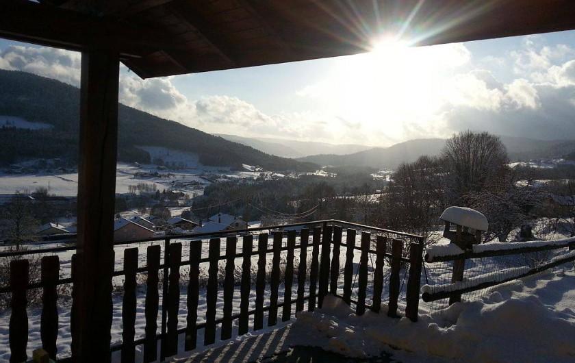 Location de vacances - Gîte à Cleurie - Vue en hiver depuis la terrasse abrité, exposé plein sud.