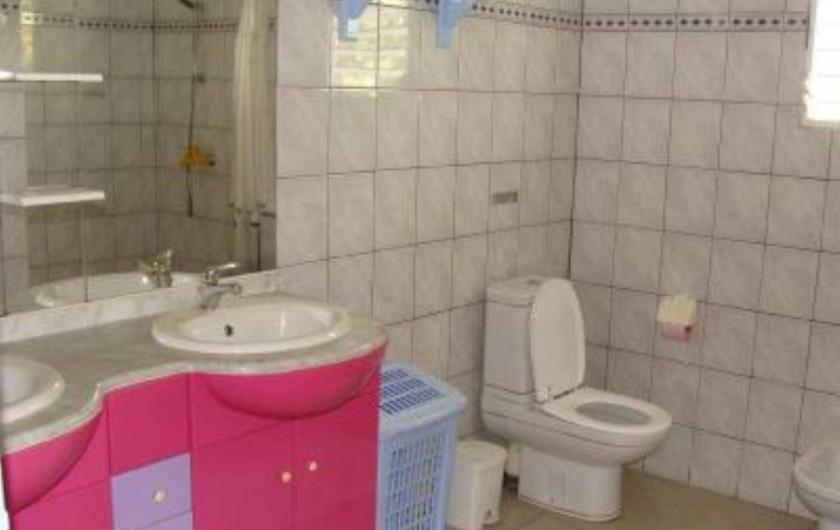 Location de vacances - Villa à Douville - Salle de bain très spacieuse avec eau chaude, douche à l'italienne, 2wc