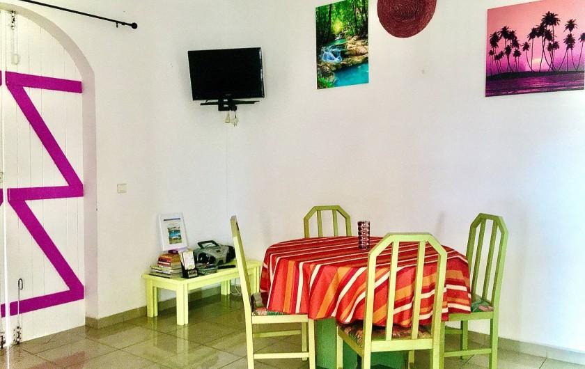 Location de vacances - Villa à Douville - Séjour avec télé et radio CD.