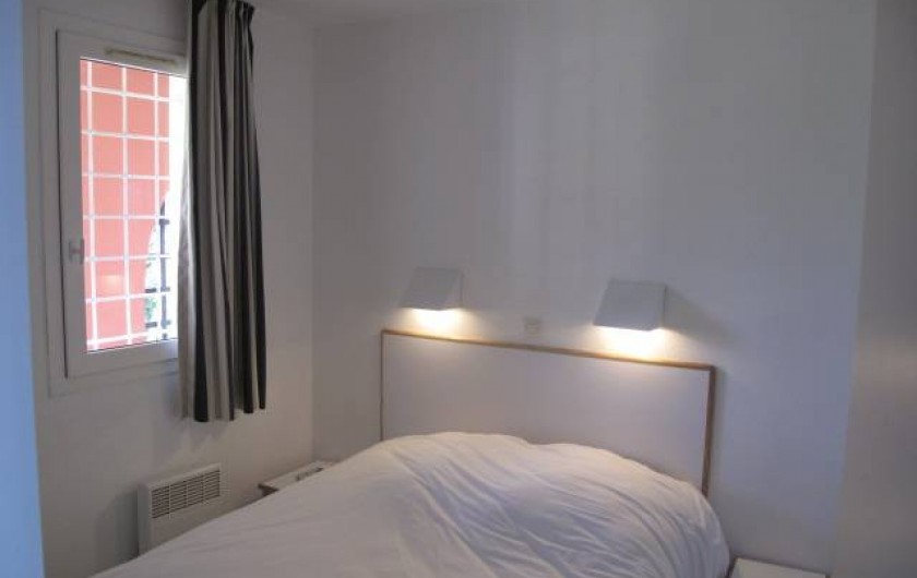 Location de vacances - Appartement à Agay - Chambre des parents, fenêtre, donnant sur une coursive protégée et calme...