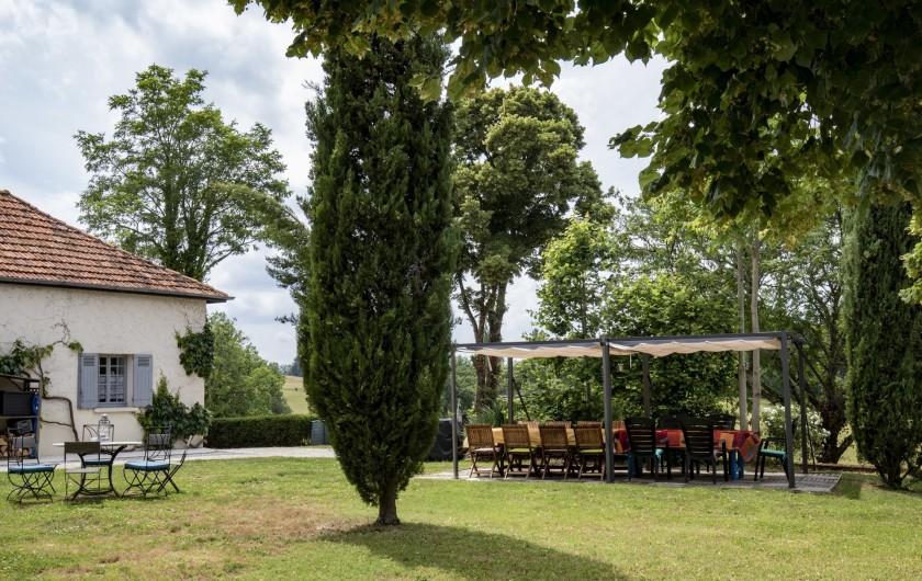 Location de vacances - Chambre d'hôtes à Simeyrols - Terrasse petit-déjeuner / dîner