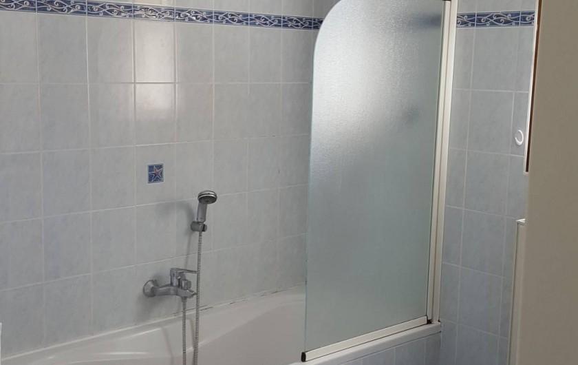 Location de vacances - Villa à Vins-sur-Caramy - Salle-de-bain RDC  Baignoire/douche et double évier
