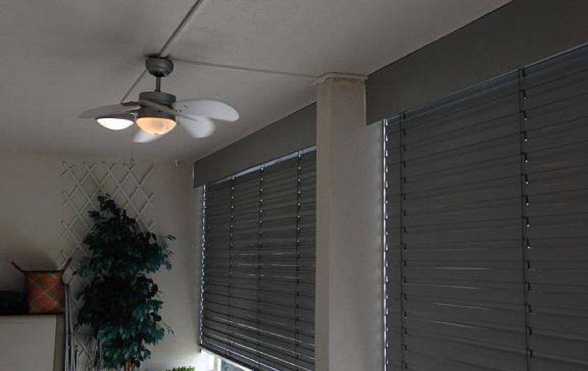 Location de vacances - Appartement à Porto-Vecchio - Terrasse avec persiennes électriques et éclairage et ventilation