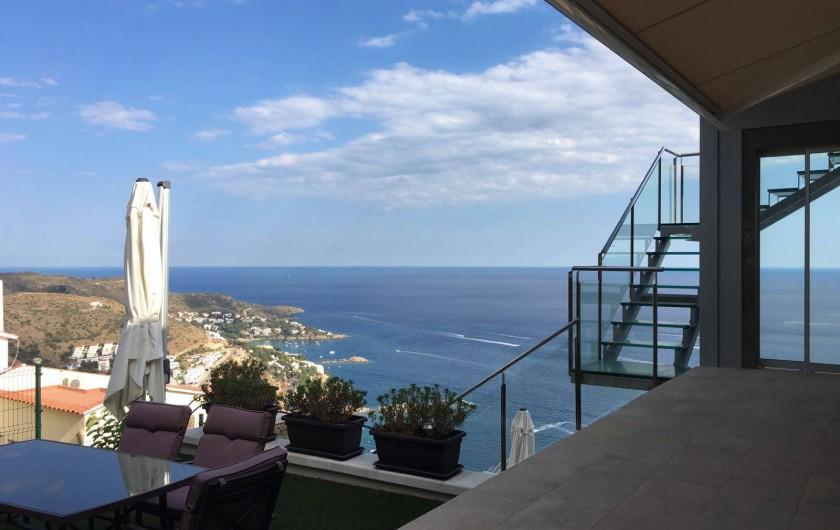 Location de vacances - Villa à Roses - escalier contemporain et ascenceur qui mène a la terrasse supérieure