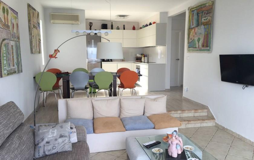 Location de vacances - Villa à Roses - cuisine salon et salle à manger vue mer