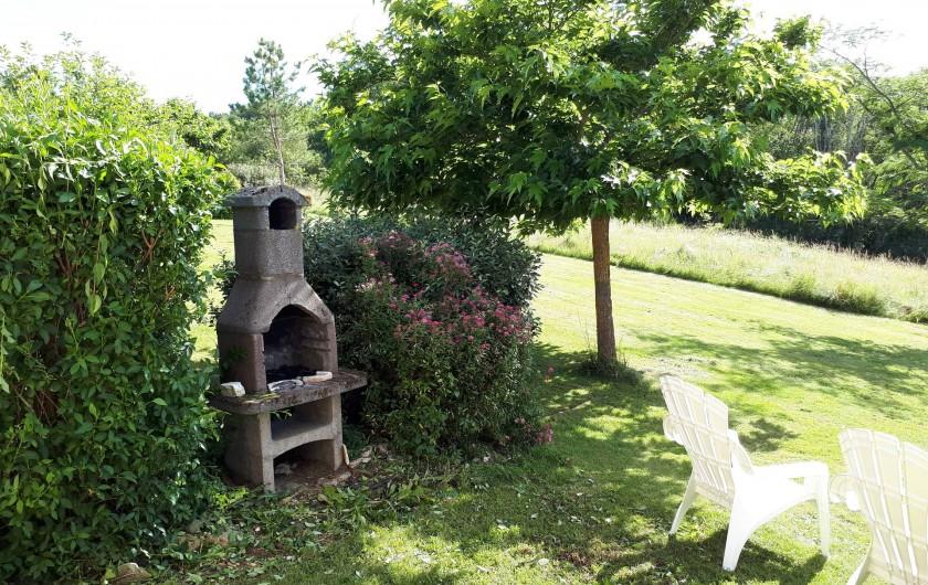 Location de vacances - Gîte à Salviac - Barbecue proche de la terrasse de la maison