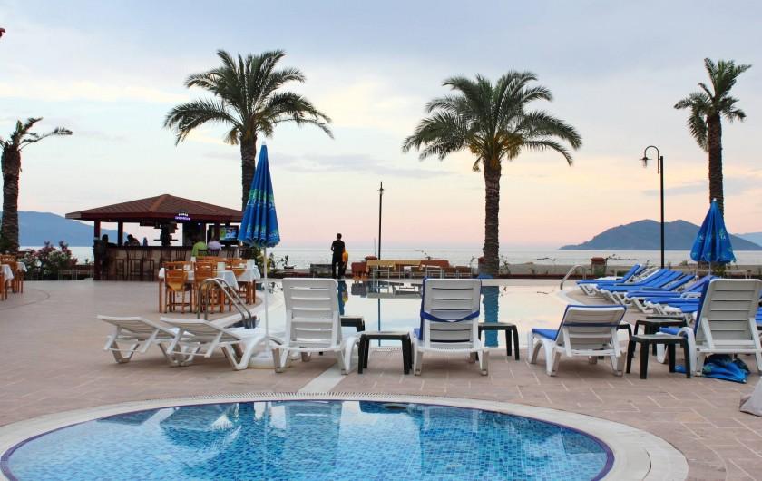 Location de vacances - Appartement à Fethiye - Sunset Beach Club est pratiquement pied dans l'eau