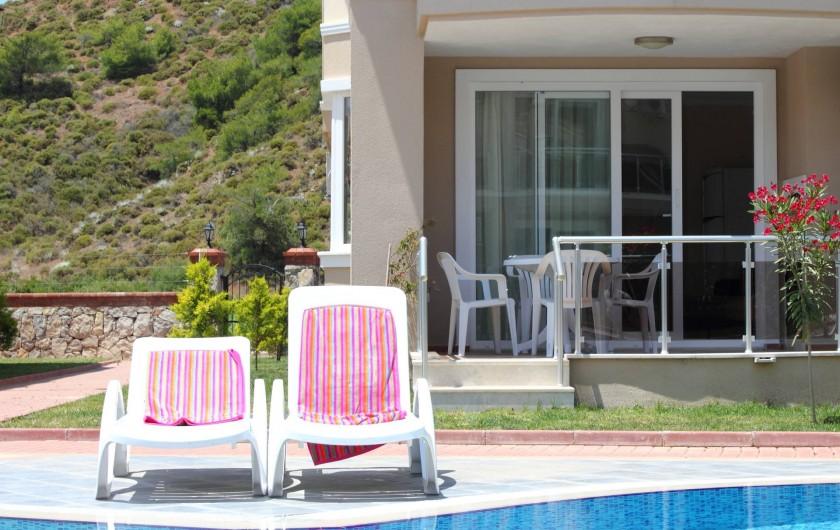 Location de vacances - Appartement à Fethiye - Vue de l'apartment avec piscine juste devant