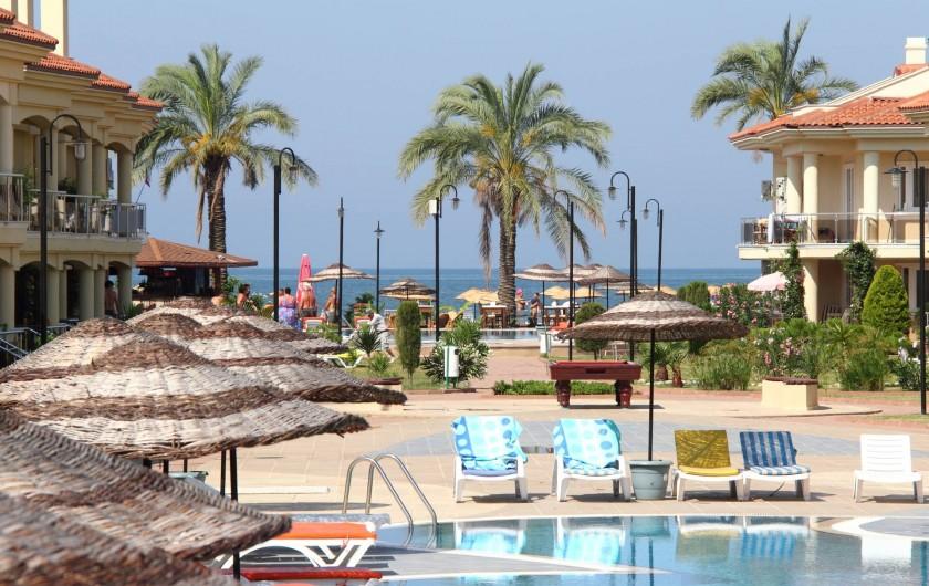 Location de vacances - Appartement à Fethiye - Sunset Beach Club - le beau complexe dans lequel se situe l'apartement