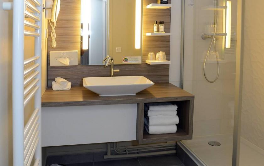 Location de vacances - Hôtel - Auberge à Thiers - Salle de bain équipée de douche à l'italienne.
