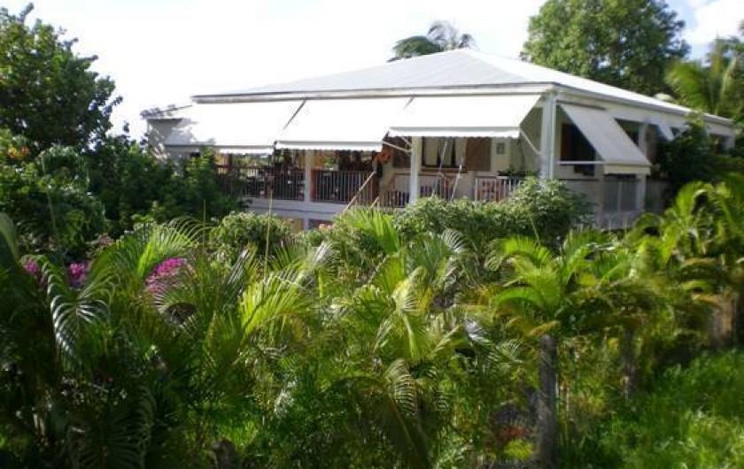 Location de vacances - Appartement à Deshaies - VILLA LE SAFRAN-                LE TRIKELL ,vue mer,dans son jardin tropical .