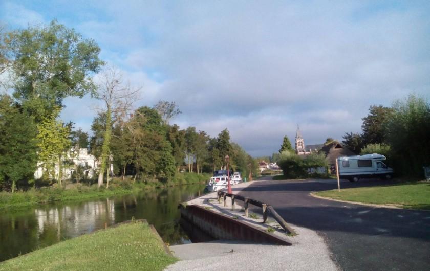 """Location de vacances - Gîte à Pont-Remy - Gîte 6/8 pers.   """"AUX 10 PONTS""""  au coeur du village vue sur son église"""