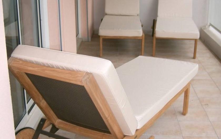 Location de vacances - Appartement à Cannes - Terrasse arrière avec chaises longues, donnant sur le jardin paisible