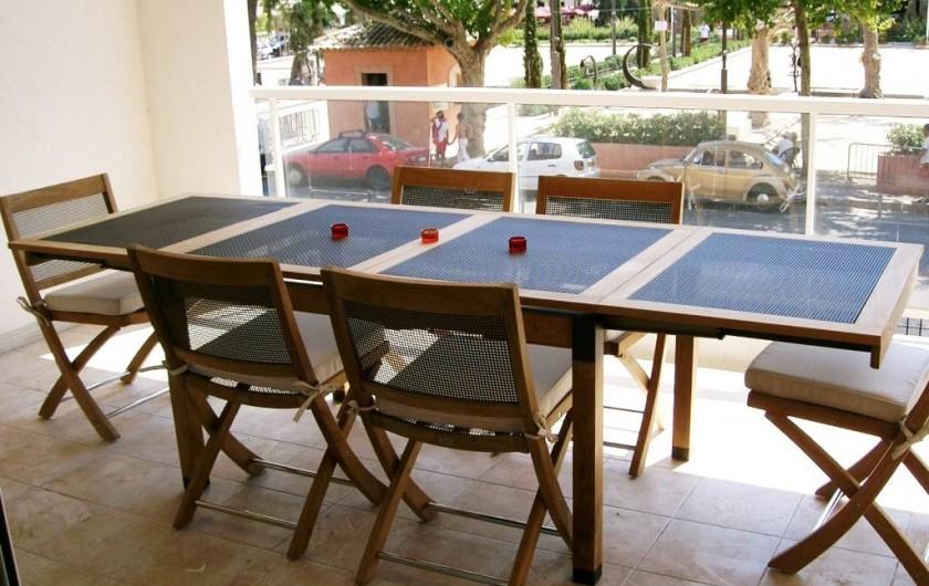 Location de vacances - Appartement à Cannes - Terrasse avant équipée pour manger, donnant sur la place de charme