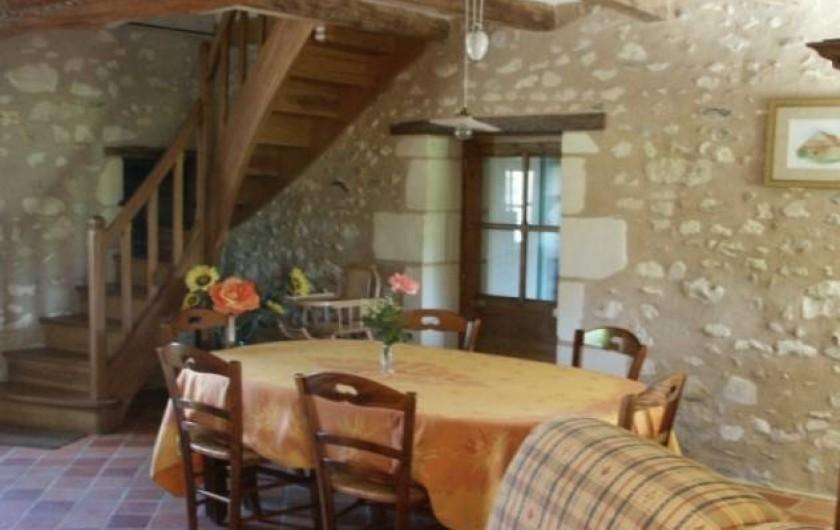 Location de vacances - Gîte à Paulmy - Séjour ,espace repas avec porte d'entrée par la terrasse côté sud   fenêtre nord