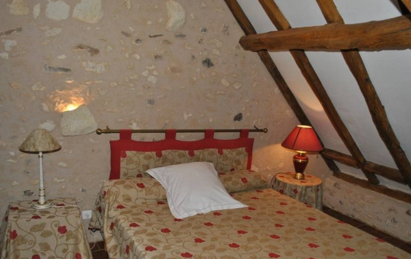 Location de vacances - Gîte à Paulmy - A l'étage , grande chambre avec lit 160 cm de large, fenêtre sur jardin