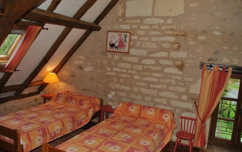 Location de vacances - Gîte à Paulmy - A l'étage, chambre avec 3 lits de 90 cm , fenêtre côte ouest, 1 velux.