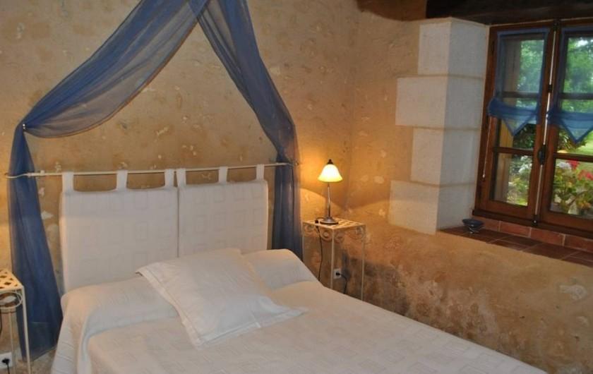 Location de vacances - Gîte à Paulmy - Rez de chaussée, chambre avec lit de 140cm , vue sur jardin et terrasse