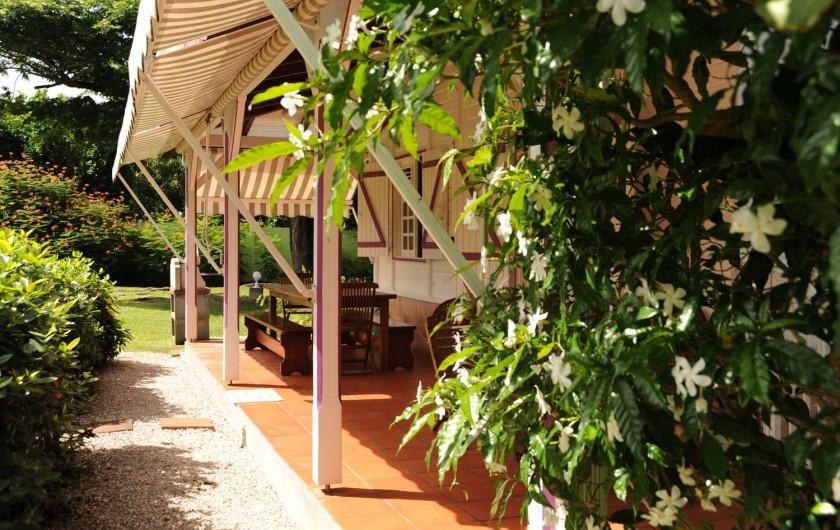Location de vacances - Bungalow - Mobilhome à Le François - les bungalows sont situés dans un environnement fleuri et arboré.