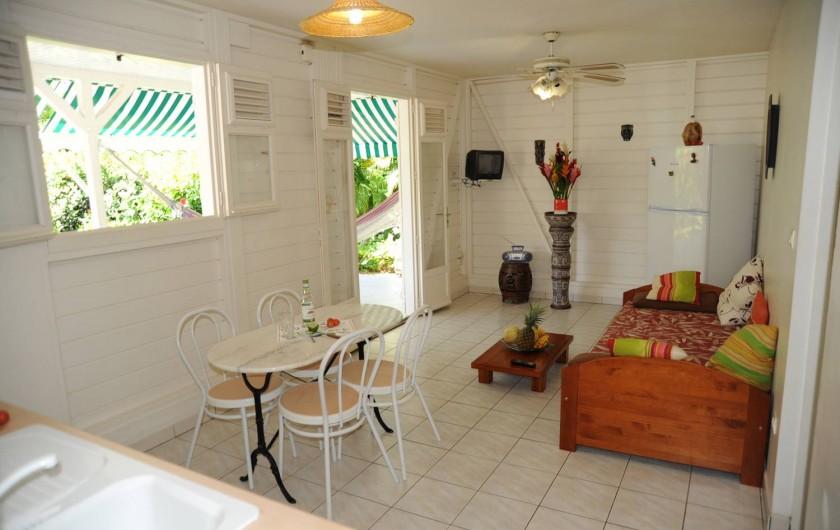 Location de vacances - Bungalow - Mobilhome à Le François - Le séjour  d'un des bungalows.
