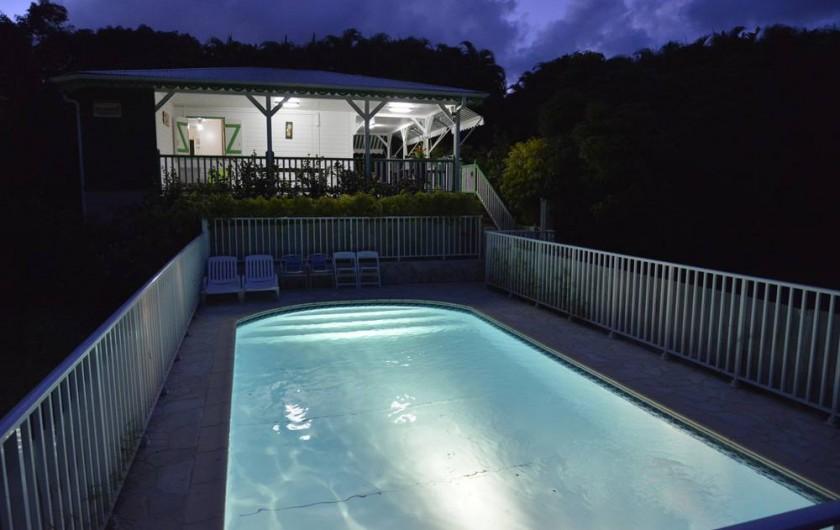 Location de vacances - Bungalow - Mobilhome à Le François - Piscine et terrasse d'une de nos villas de nuit.