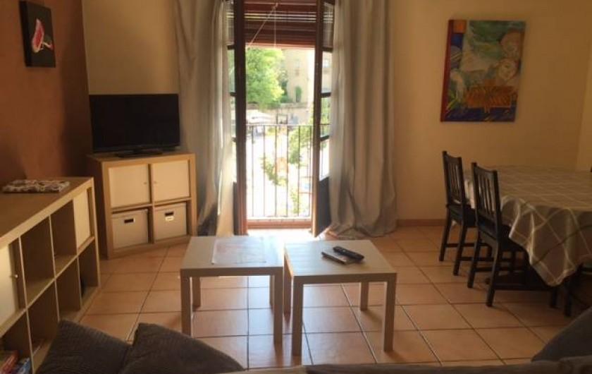 Location de vacances - Appartement à Besalú - Salle à manger avec une table avec sis chaises, le canapé et la TV.