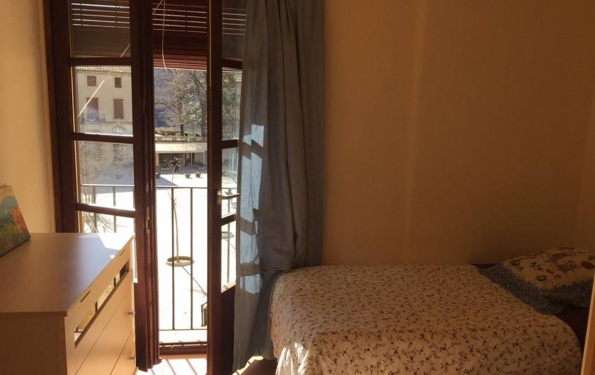 Location de vacances - Appartement à Besalú - Chambre pour deux personnes, deux lits simples. Vie a la place de Sant Pere.