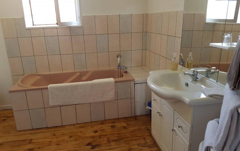 Location de vacances - Chambre d'hôtes à Vernet-la-Varenne - Salle de bain côté baignoire