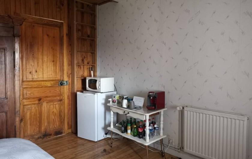 Location de vacances - Chambre d'hôtes à Vernet-la-Varenne - Espace détente avec mini bar, réfrigérateur et  micro-onde
