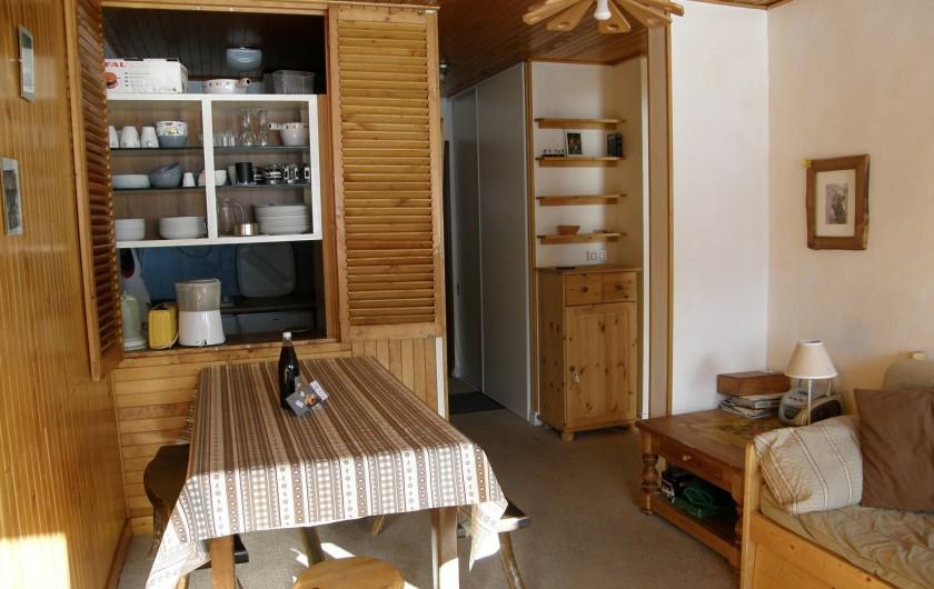 Location de vacances - Appartement à Le Lavachet - Coin salle à manger avec passe plat sur la cuisine