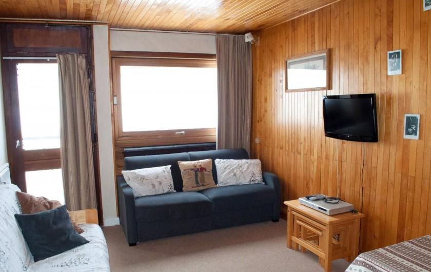 Location de vacances - Appartement à Le Lavachet - Living avec un canapé lit 2 personnes et accès piste par la terrasse