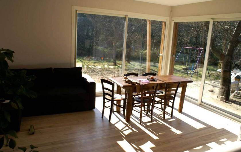 Location de vacances - Villa à Saignon - vue sur le jardin du salon, balançoire et piscine.