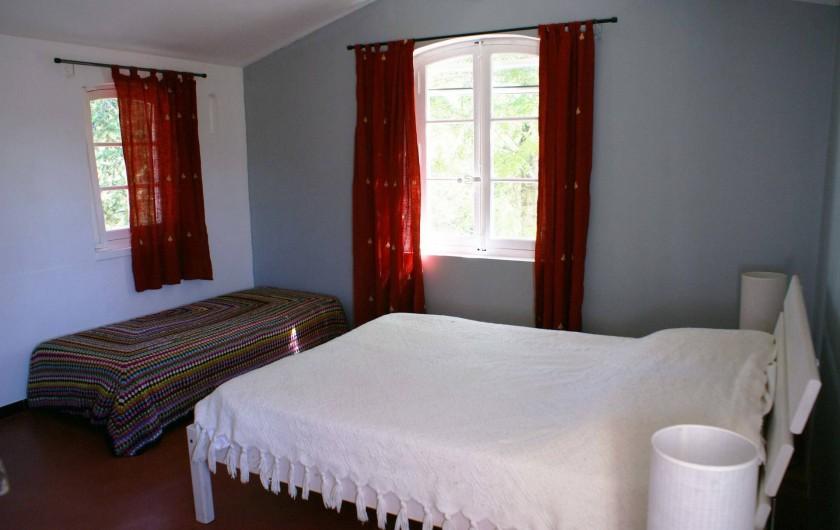 Location de vacances - Villa à Saignon - Chambre parentale à l'étage