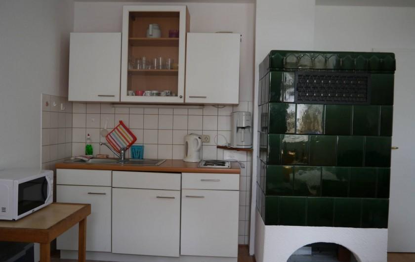 Location de vacances - Appartement à Dresde - Coin cuisine et chauffage de faîence (chauffage central)