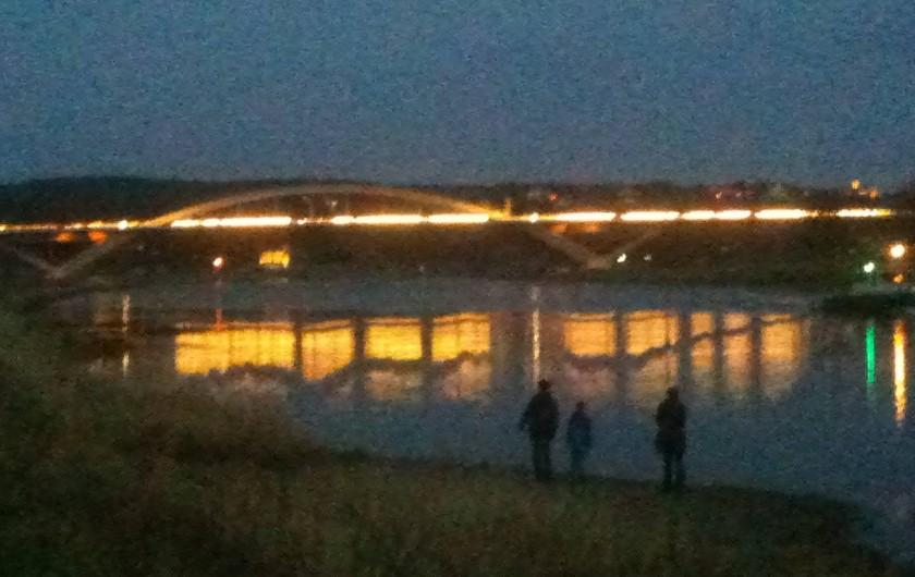 Location de vacances - Appartement à Dresde - au bord du fleuve d'Elbe et du pont Waldschlösschen illuminé le soir