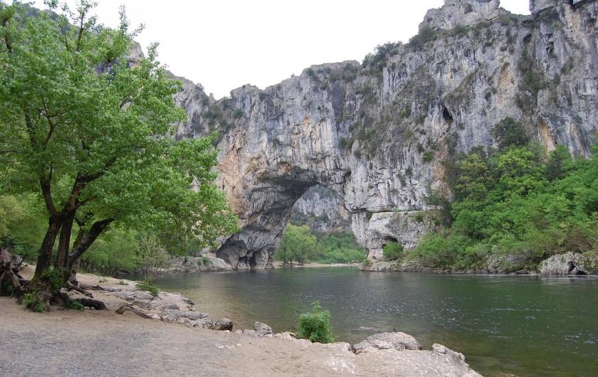 Location de vacances - Gîte à Les Assions - passer sous l'arche de vallon en kayak