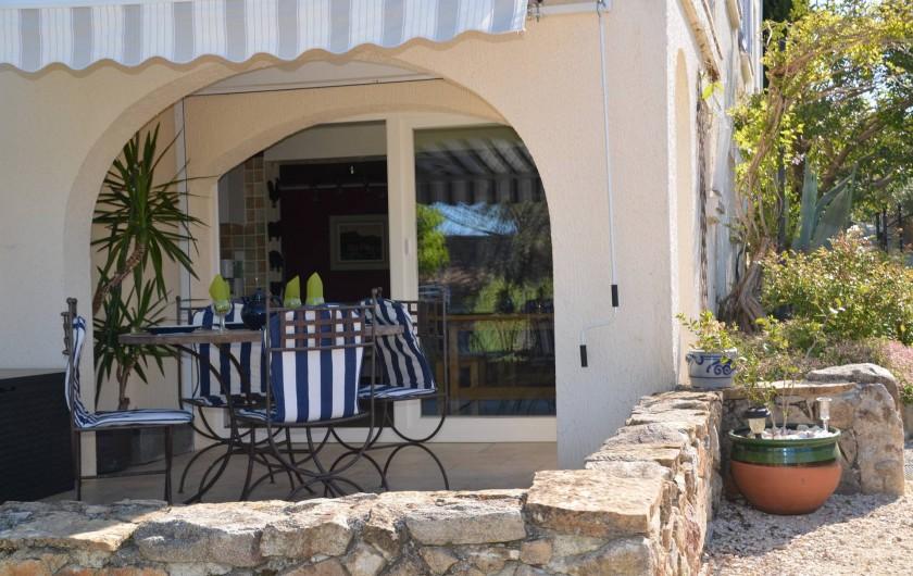 Location de vacances - Gîte à Les Assions - terrasse et entrée du logement