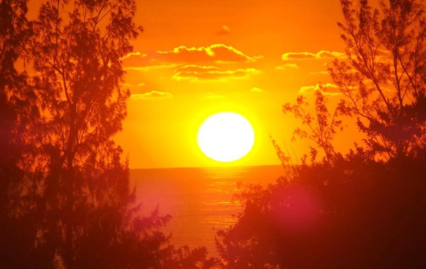 Location de vacances - Appartement à Saint-Paul - Le soleil se couche au soir du 15 septembre, depuis la terrasse